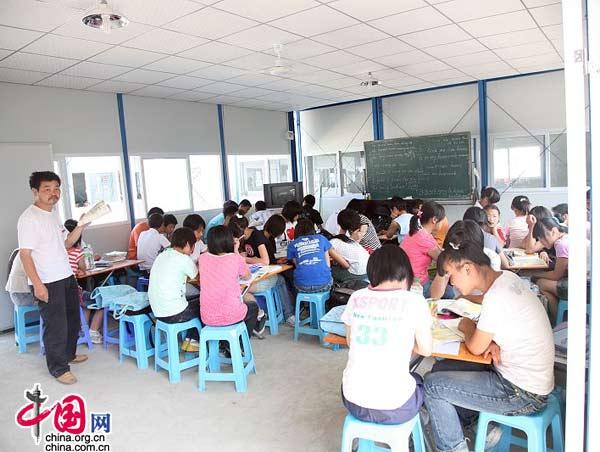 都江堰幸福家园赈灾居民安置点的学校内老师在上课。(摄影 杨佳)