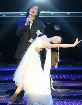 曾馨莹/费翔(左)和曾馨莹曾在金曲奖上合作,她一席白纱,舞姿唯美...