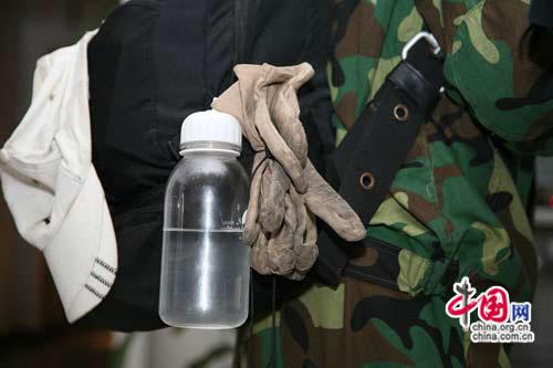 前线回来的志愿者身上背的手套