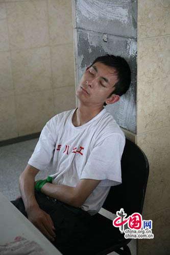 累得坐着就睡着了