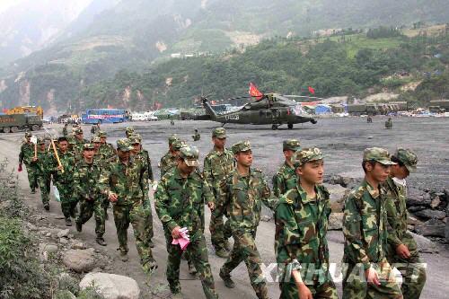 6月11日,运送失事直升机残骸和遇难者遗体的部队在汶川映秀镇集结。