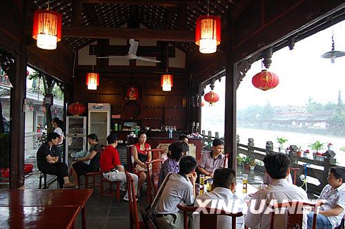 6月14日,在都江堰啤酒长廊里,前来观光的游客在休闲。