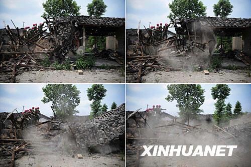 抗震救灾官兵帮助绵竹市板桥镇村民清理危房瞬间(6月19日摄)。