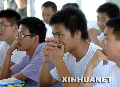 6月23日,都江堰中学高二的学生在开心理班会,该校大多数班级都把心理班会做为复课后的第一堂课。当日,四川省都江堰市约7万名学生在45个教学点全面复课。 新华社记者巩志宏摄
