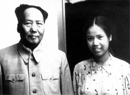 上世纪50年代末期,邵华与毛泽东在一起