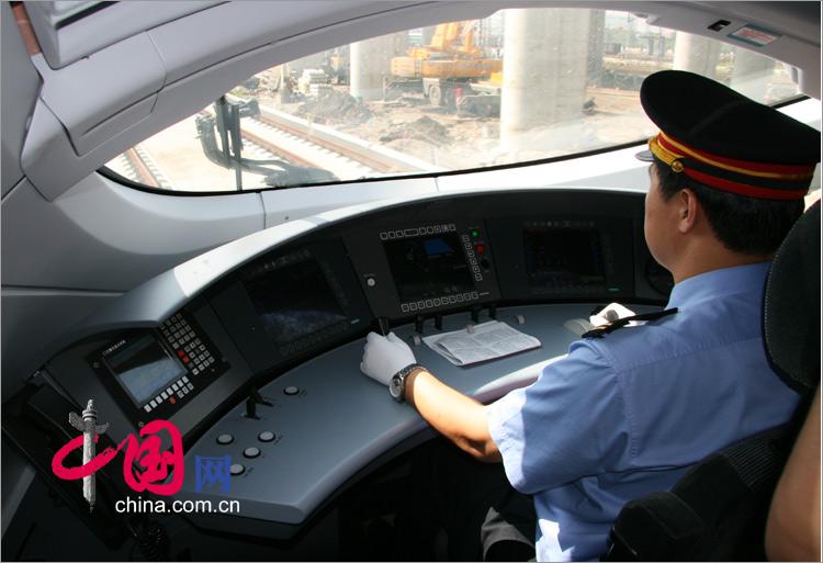 京津城際列車新體驗:列車長正在全神貫注的駕駛列車[組圖]