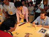 国际奥委会奥运会执行主任费利出席开村仪式并参观了奥运村,在村中感受中国传统文化。