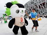 """北京奥运会期间,奥林匹克中心区体育展示团队在国家体育场""""鸟巢""""周边安排了多组流动充气""""福娃""""。"""