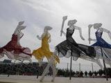 北京奥运会主场馆区国家体育场、国家游泳中心和国家体育馆等场馆周围摆放着由国内外设计师设计的精美雕塑。