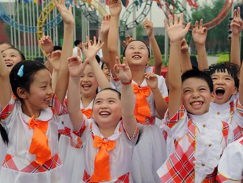 8月4日,北京市中关村三小的学生在北京奥运村升旗广场尽情享受奥运带来的快乐。