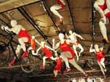 北京798艺术区举办形式多样的活动,图片、绘画、雕塑、服装展等纷纷登场,刮起了一股奥运风。