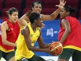 8月6日,巴西女篮球员在分组训练中。