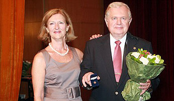 原國際譯聯主席畢德獲得金別針獎章