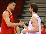 8月7日,在奥林匹克篮球馆,姚明与加索尔交流。