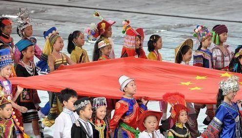 2008北京奥运会开幕式表演:各民族儿童和国旗一同入场