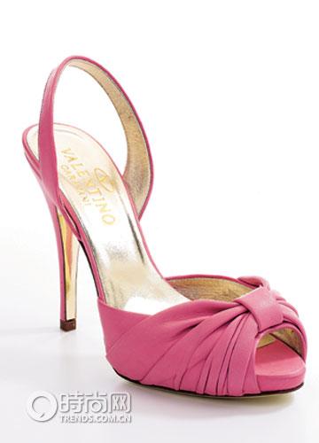 粉色羊皮高跟鞋 Valentino-女性消费 今夏最流行的粉笔色拼盘