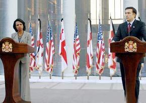 8月15日,喬治亞總統薩卡什維利(右)在第比利斯與美國國務卿賴斯出席新聞發佈會。