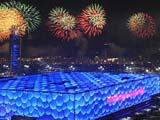 """8月24日,第29屆夏季奧運會閉幕式在國家體育場——""""鳥巢""""舉行。這是閉幕式上燃放的焰火,照亮了""""水立方""""。"""