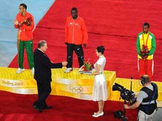 羅格為北京奧運會男子馬拉松獲得獎牌者頒獎[組圖]