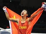 8月24日,中国选手邹市明在男子拳击48公斤级决赛中,战胜蒙古国选手普列布道尔吉·塞尔丹巴,获得冠军。
