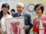 北京学生向萨马兰奇赠送艺术作品[组图]