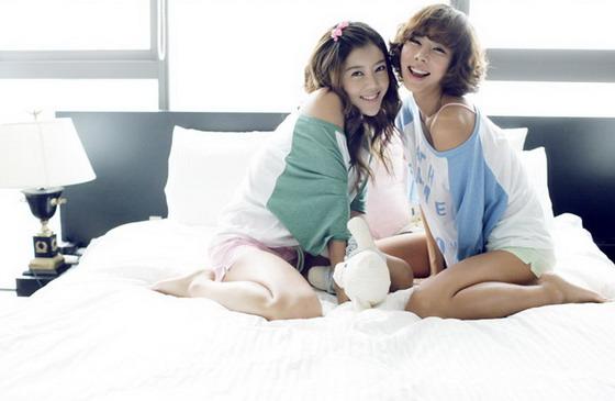 可爱女生卧室秀家居服[组图]