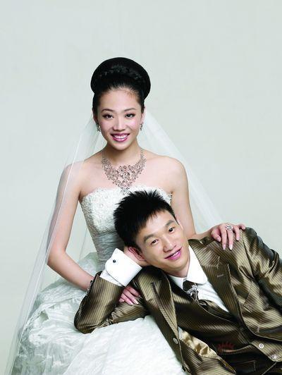 杨威和杨云婚纱照_杨威杨云结婚照 杨云身穿千万婚纱与杨威摆高难度pose