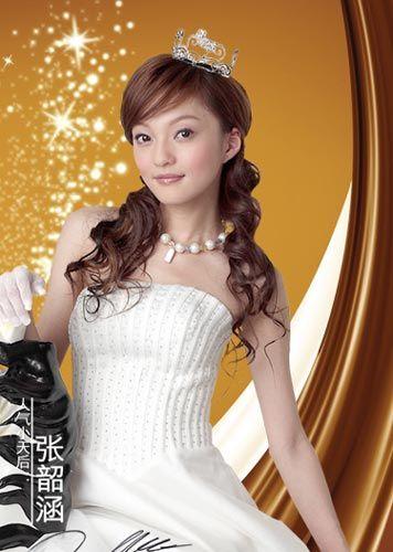 甜美公主 张韶涵:电眼娃娃一头妩媚的卷发,搭配小巧玲珑的公主冠,清纯
