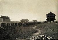 此照片是從前門東側城墻自東向西拍攝, 從左至右分別為正陽門箭樓、甕城東側閘樓、甕城西側閘樓、正陽門城樓
