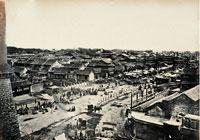 清末前門大街商賈雲集、店舖林立,是京城最繁華的地方。此照片為目前已知最早的拍攝北京前門地區的照片之一。