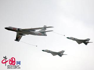 '轰油6'和'歼8D'空中加油秀 吸引世界目光[图集]