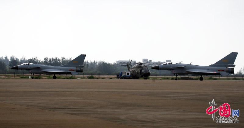 图为中国空军的两架歼十战机滑向跑道