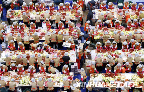 11月20日,在韩国首都首尔市政厅前,韩国yakult公司的员工正在制作泡菜。
