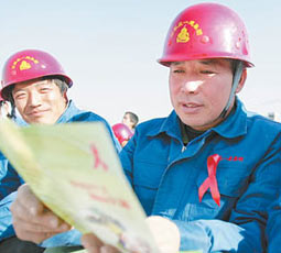 11月30日中午,一场别致的预防艾滋病宣传活动在石家庄某建筑工地展开。