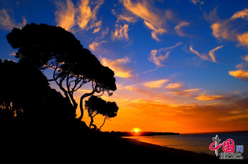 由数十个美丽沙滩组成的自然景观,像一条金黄色的玉带,延伸到天尽头