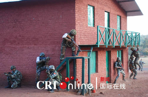 葛怀宇/中印陆军反恐联合训练中,中印士兵俘获模拟恐怖分子。摄影葛怀...