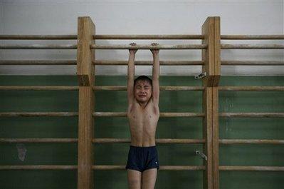 图文:中国小男孩在进行体操训练