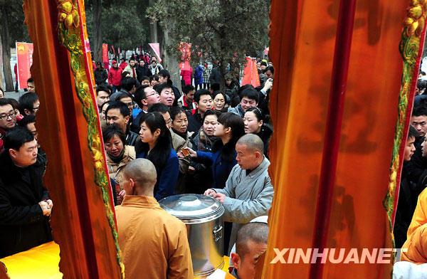 1月3日上午,游客们在少林寺山门外等候施粥。