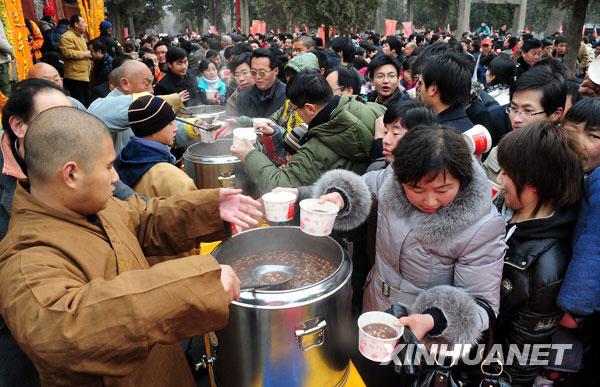 """1月3日上午,少林寺僧人为游客施送""""少林五行腊八粥""""。"""