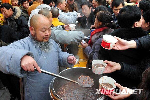 1月3日上午,少林寺僧人在为游客盛粥。