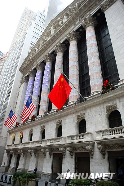 1月5日,为庆祝中美建交30周年,美国纽约证券交易所 在正门上方悬挂中美两国国旗。