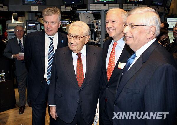 1月5日,在美国纽约证券交易所,美中关系全国委员会会长欧伦斯(右二)、美国前国务卿基辛格(右三)等参加庆祝中美建交30周年纪念仪式。新华社记者侯俊摄