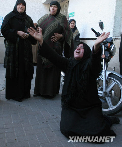 1月6日,一名巴勒斯坦妇女在加沙城希法医院外哭泣。当天,以色列军队继续在加沙地带发动军事打击,殃及3所联合国开设的学校,致使40余名巴勒斯坦平民死亡。新华社发