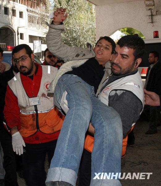 1月6日,一名在以军军事打击中受伤的巴勒斯坦男孩被送到加沙城希法医院接受救治。新华社发