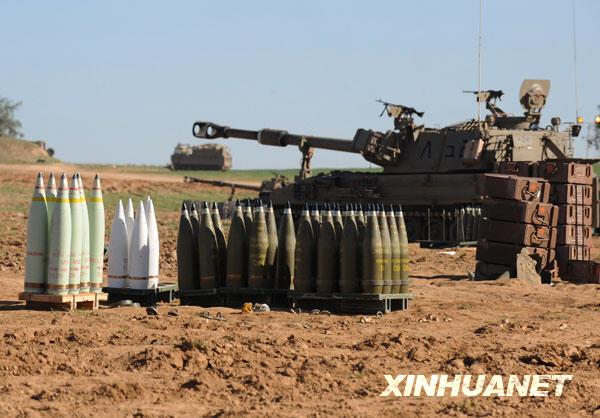 1月6日,一自行火炮停在加沙地带南部边境。新华社记者殷博古摄