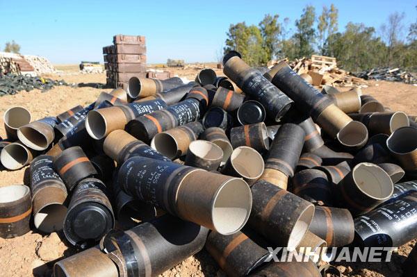 1月6日,在加沙地带南部边境,自行火炮炮弹的弹壳堆放在炮兵阵地附近。新华社记者 殷博古摄