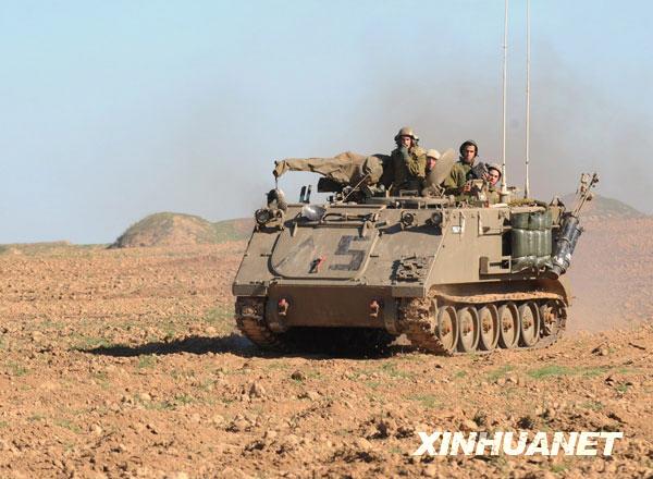 1月6日,以军士兵驾驶装甲车向加沙地带南部边境开进。当日,以色列继续对加沙地带进行空中和地面双重打击。