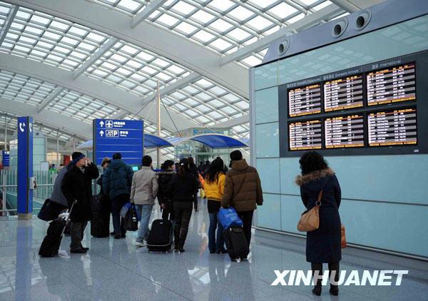 北京 罗晓光/1月11日,旅客走进北京首都国际机场T3航站楼。新华社记者罗...
