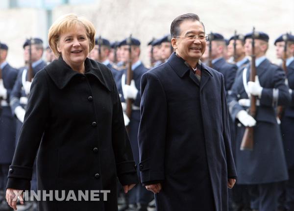 1月29日,德国总理默克尔在柏林总理府举行仪式,欢迎中国国务院总理温家宝访问德国。新华社记者 姚大伟摄