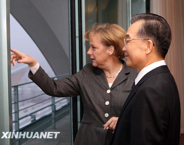 1月29日,正在德国进行正式访问的中国国务院总理温家宝,应邀在柏林德国总理府与德国总理默克尔共进早餐。这是早餐前,默克尔向温家宝介绍柏林景色。新华社记者 兰红光 摄